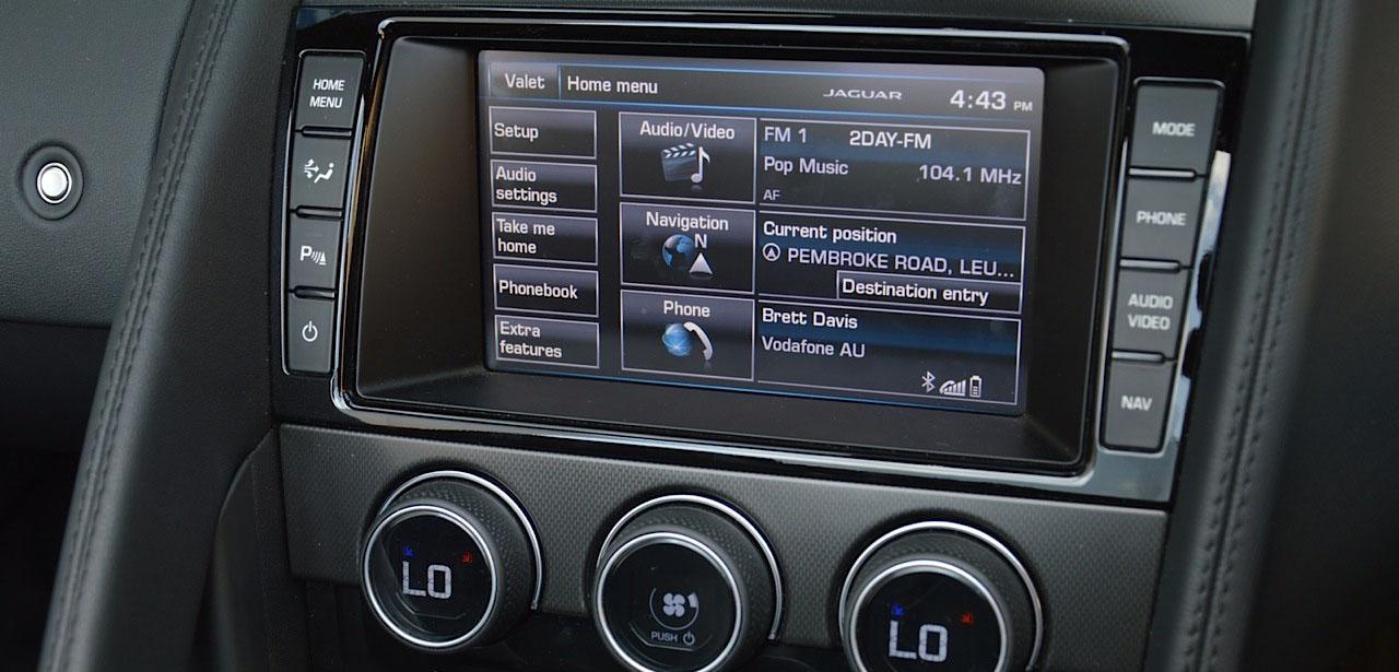 2014-jaguar-f-type-v6-lcd-media-interface